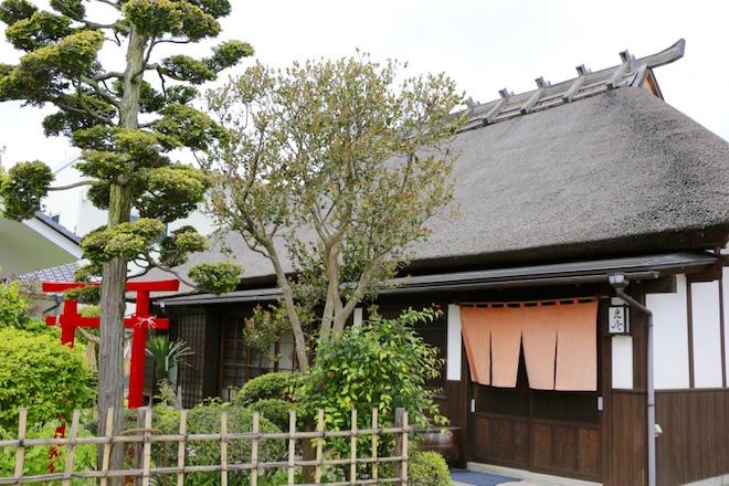江戸期に造られた武家屋敷様式の家屋を大切に保存してきた吉見家。食事処といえども、その趣きは随所から感じられる。